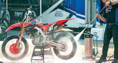 Funkční ucpávky výfuku těsnící koncovku při mytí motocyklu