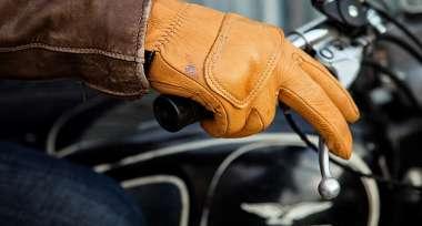 Vybíráte nové rukavice na motorku?